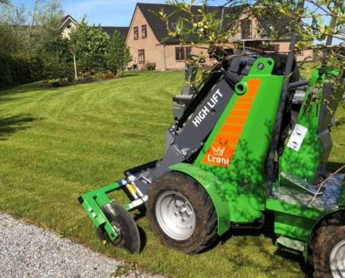 Edgetrimmer attached to mini loader